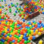 Bunte Plastikbälle auf der Straße
