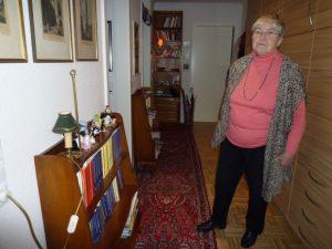 Gisela Walther Frau in einem Flur