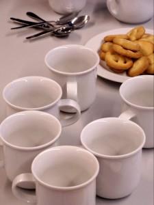 Kaffeetassen und Keksteller