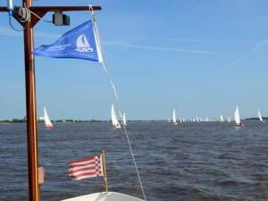 Mast, im Hintergrung viele Segelboote