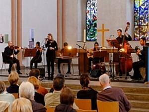 Orchester und Zuschauer in einer Kirche