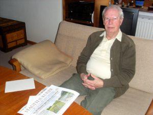 Mann auf einem Sofa