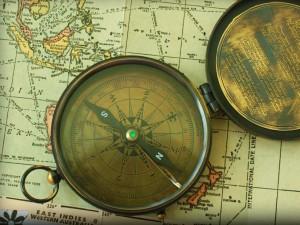 Alter Kompass auf einer Weltkarte