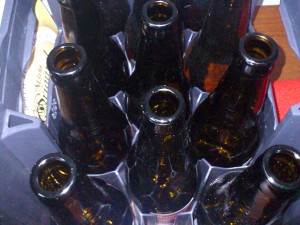 Kiste mit leeren Bierflaschen