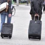 Zwei Personen mit Koffer