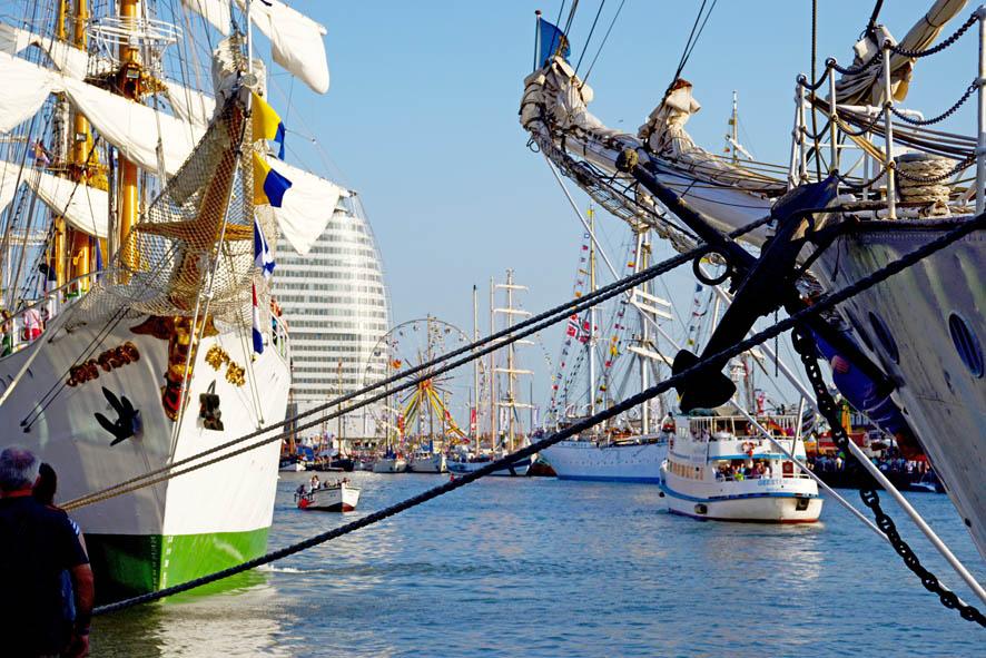 Mehrere Großsegler im Hafen