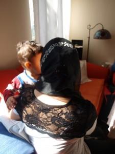 Rückenansicht Frau mit Kopftuch und Kleinkind