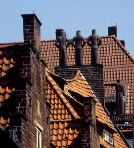 7 Faule, Figuren auf einem Dachgiebel