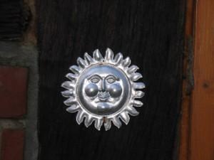Stilisierte Sonne aus Blech