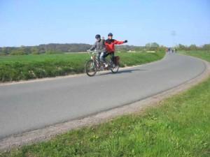 Radfahren: Tandemfahrer auf dem Deich