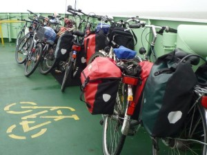 Radfahren: Bepackte Fahrräder auf einem Schiff