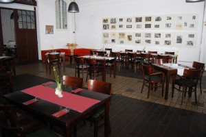 Gastraum mit Fotoausstellung