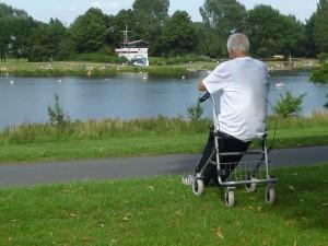 Senior mit Rollator an einem See