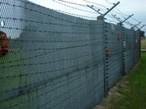 Grenzzaun mit Stacheldraht