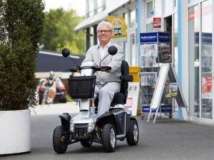 Mann im Elektromobil