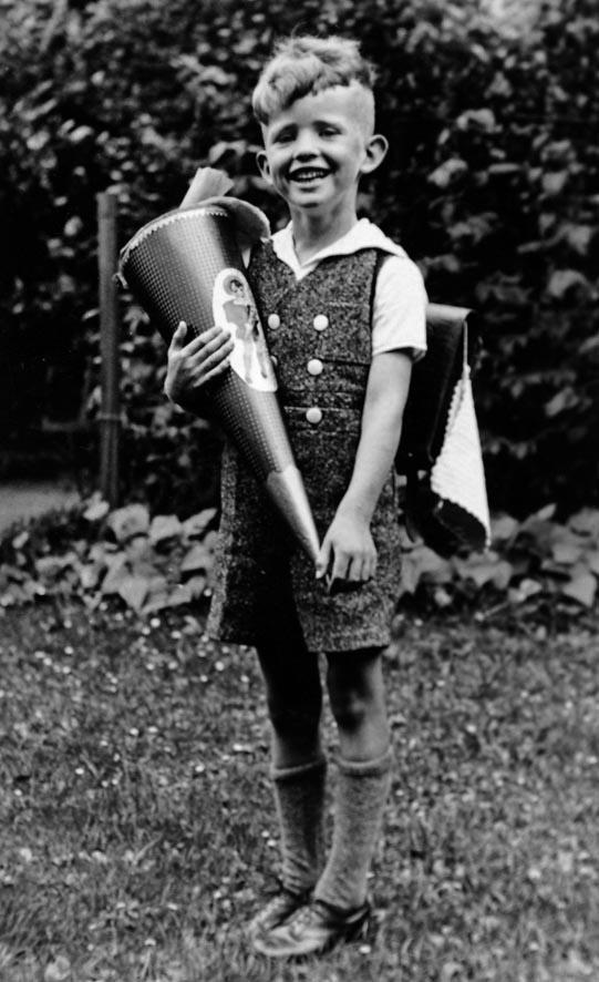 Junge mit Schultüte