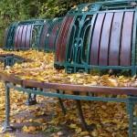 Parkbank im Jugendstil mit Herbstblättern