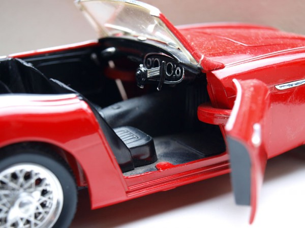 Autofahren, rotes Spielzeugcabrio