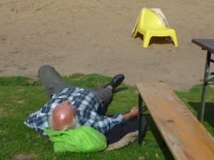 Mann liegt auf Rasen