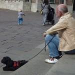 Mann mit Hund auf Treppenstufen