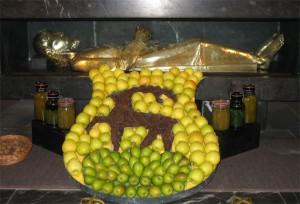 Altar mit Obstdekoration