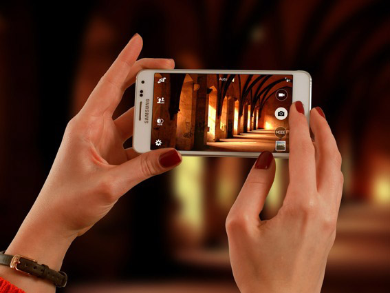 Zwei Hände halten Smartfone