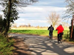 Hochstapler im rasanten Tempo, FahrradfahrerInnen vor norddeutscher Landschaft