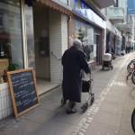 Altersarmut, alte Frau mit Rollator