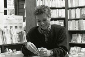 Herta Müller vor Bücherregalen