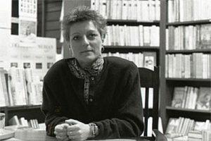Herta Müller, Frau vor Bücherregalen