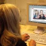 SSL-Verschlüsselung, Frau vor einem Bildschirm