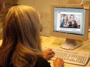 Frau vor einem Bildschirm