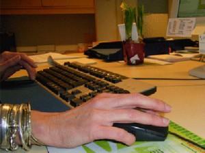 Fake-Shops im Internet, Hand an Computermouse