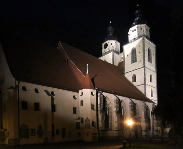 Kirche im Scheinwerferlicht