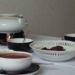 gedeckter Teetisch mit Keksen