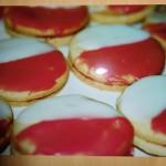 Kekse mit roter und weißer Glasur
