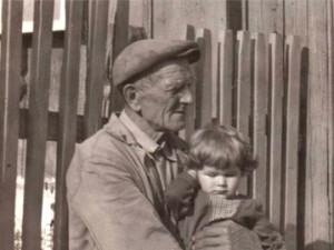 Enkelin auf dem Schoß des Großvaters