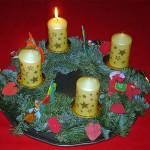 Erster Advent Kranz mit einer brennenden Kerze