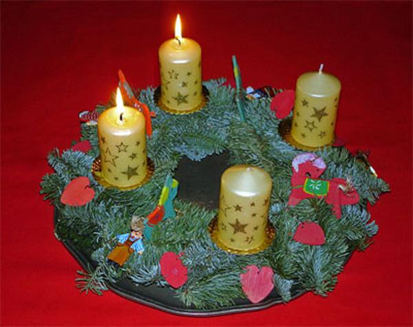 Zweiter Advent Kranz mit zwei brennenden Kerzen
