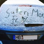 Autoscheibe mit Schrift im Schnee, winter