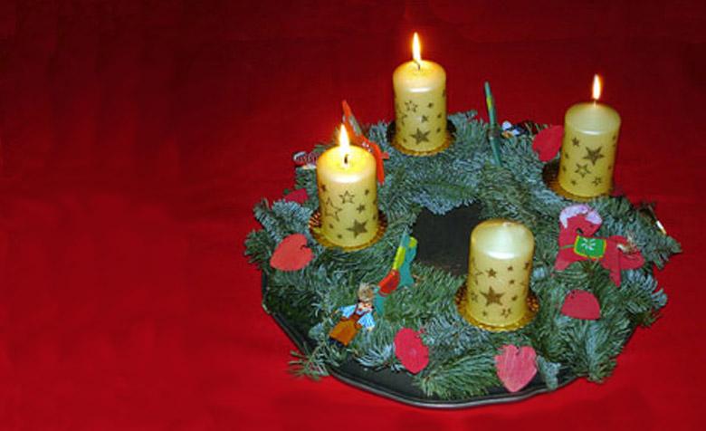 Dritter Advent Kranz mit drei brennenden Kerzen