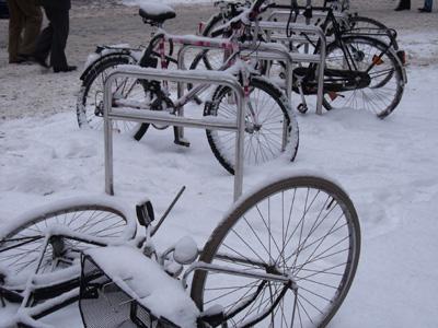Winter in Bremen, Fahrräder, angekettet, im Schnee