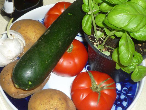 Zutaten für meine Kartoffelsuppe: Gemüse und Kräuter