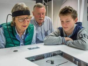 Großeltern und Enkel bei einem Test