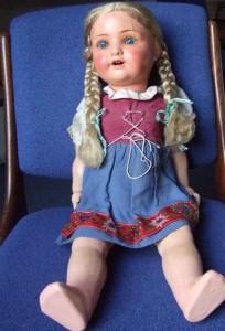 Alte Puppe mit blonden Zöpfen