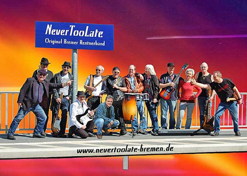 Dreizehn Musiker auf einem Bahnsteig