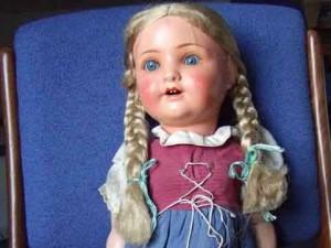 Alte Puppe mit Zöpfen