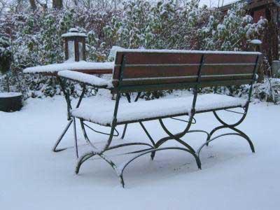 Verschneite Gartenbank