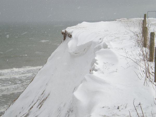 Verschneite steilküste am Meer