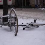 Fahrradfahren im Herbst und Winter, Verschneites Rad am Boden